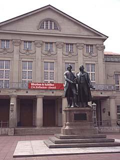 das deutsche Nationaltheater in Weimar mit dem Goethe-Schiller-Denkmal