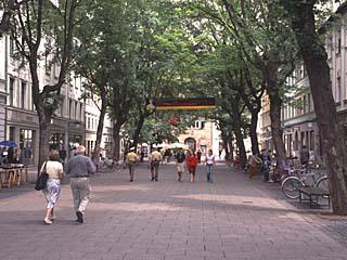 die Allee der Schillerstraße in Weimar, Thüringen