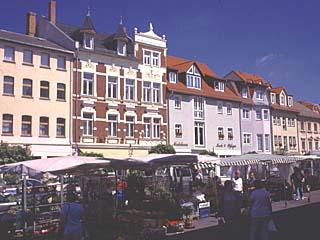 der Markt und die Wohnhäuser im Zentrum von Schmölln