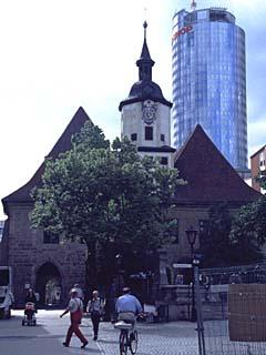Unterm Markt mit Blick auf das Hochhaus am Eichplatz