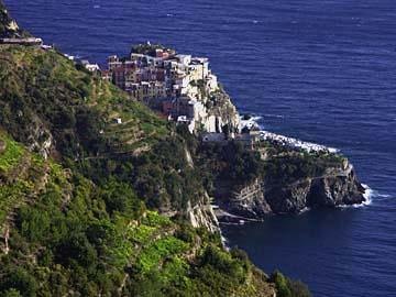 Ein Dorf auf einem Felsen in Cinque Terre in Ligurien, Italien