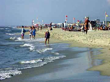 Strandspaziergang am Sandstrand von Viareggio im Norden der Toskana