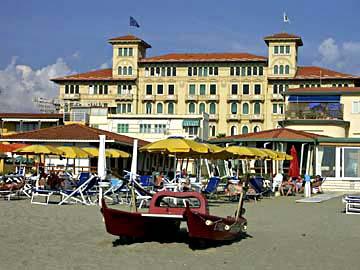 das Grand Hotel ist ein Beispiel für ansprechende Arichtektur am Strand von Viareggio, Toskana