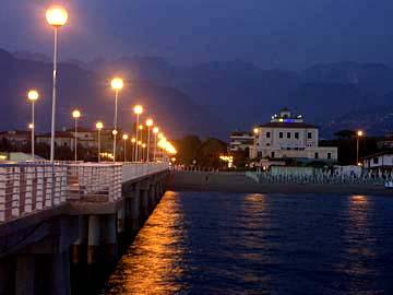 An der Strandpromenade von Marina di Massa am Abend