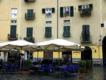 Im Oval des Piazza Anfiteatro in Lucca, Toskana