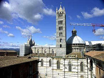 der Dom zu Siena vom Aussichtspunkt am Bogen Facciatone