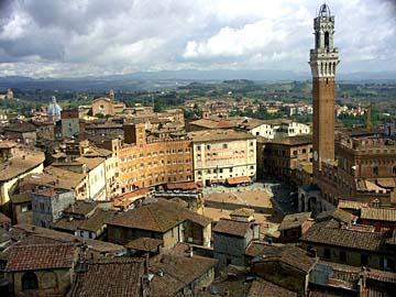 der berühmte Piazza del Campo, das Herz der Gotik-Stadt Siena in der Toskana