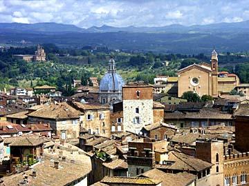 Aussicht über die Stadt Siena vom Bogen des Duomo Nueva