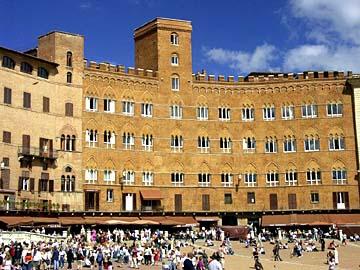der Palazzo Sensedoni am Piazza del Campo in Siena im Herzen der Toskana, Italien