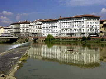 Villen am Arno Fluß im Zentrum von Florenz in der Toskana