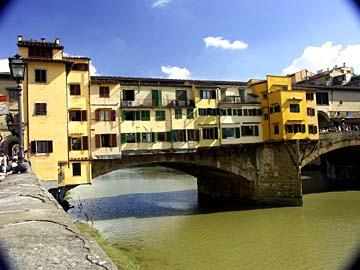 die Ponte Vecchio geht über den Arno in Florenz, Italien