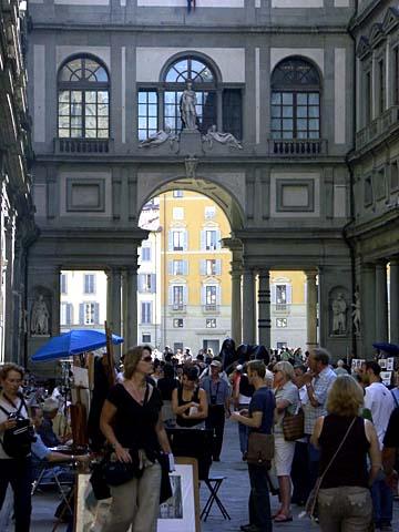 Blick in die Piazza degli Uffizi zwischen dem Arno und dem Palazzo Vecchio in Florenz