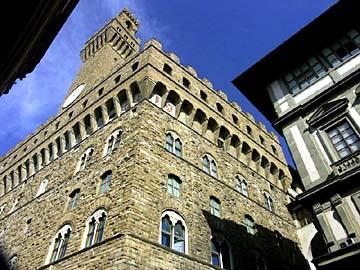 der massive Palazzo Vecchio am Piazza della Signoria in Florenz