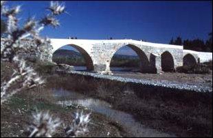 eine alte selcukische Brücke bei Aspendos, türkische Riveria