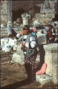 Verkäuferin in den Ruinen von Perge, türkische Riviera
