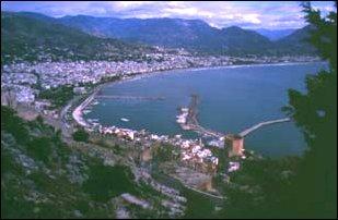 die Stadt Alanya mit dem 8-eckigen roten Turm, türkische Riviera