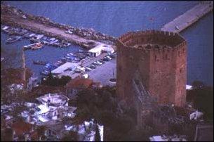 der rote achteckige Turm von Alanya, türkische Riviera