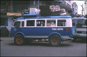 Ein überladener lokaler Bus in Nha Trang, Vietnam