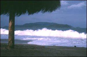 Hohe Wellen am Strand von Nha Trang, Vietnam