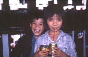 die kids trinken red bull in vietnam