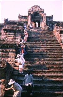 Hinauf zum Allerheiligsten von Angkor Wat in Kambodscha