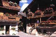 Gegerbte Holzhäuser mit üppigem Blumenschmuck im Kanton Wallis