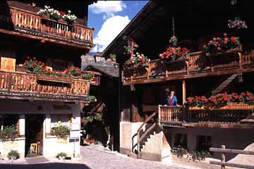 Gegerbte Holzhäuser mit üppigem Blumenschmuck im Wallis