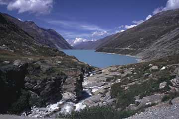 Monte-Moro-Stausee beim Abstieg vom Monte-Moro-Paßim Saastal in der Schweiz