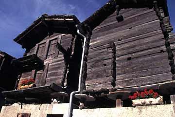 Gegerbte Holzhäuser im Kanton Wallis