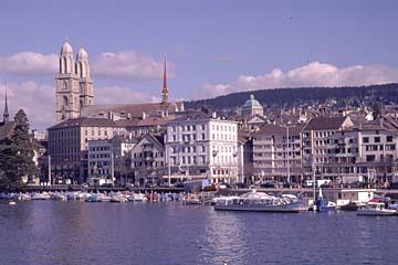 das Grossmünster am Limmat in Zürich