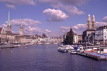 Zürich am Limmat mit dem Frauenmünster, Schweiz